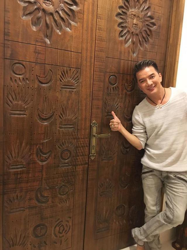 Cánh cửa gỗ to bản với những họa tiết Ai Cập tại nhà Quang Dũng khiến Mr.Đàm thích thú.