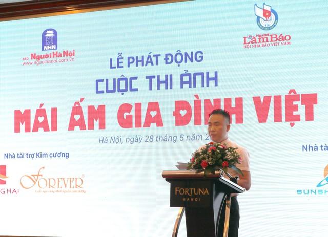 Nhà báo Đào Xuân Hưng, Tổng Biên tập báo Người Hà Nội phát biểu tại lễ phát động cuộc thi Mái ấm gia đình Việt Nam.