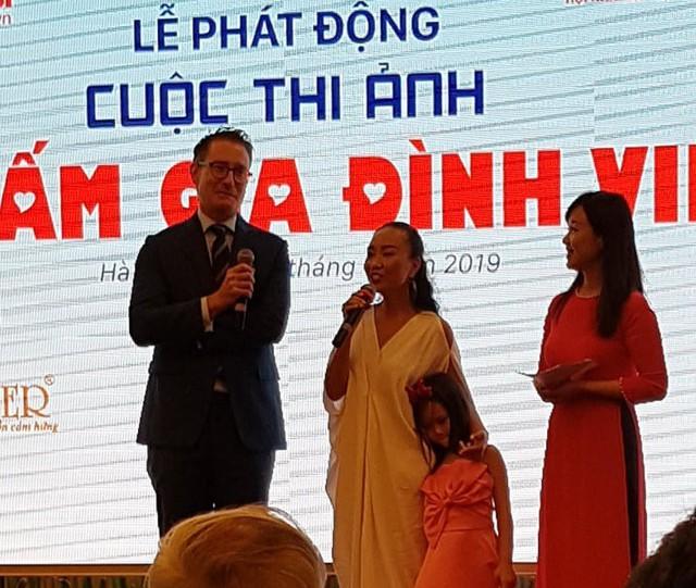 Tại lễ phát động, gia đình ca sĩ Đoan Trang đã lên chia sẻ tình yêu và niềm hạnh phúc gia đình của chị với thiên thần nhỏ.