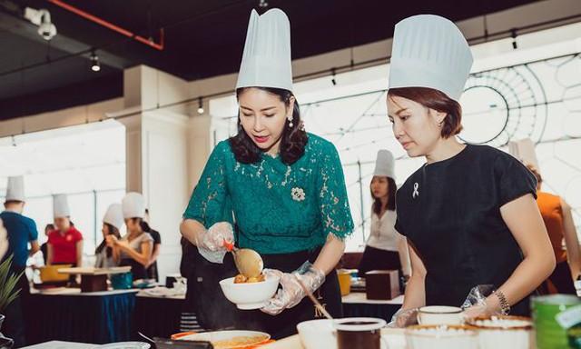 Hà Kiều Anh tham gia dạ tiệc nghệ thuật ẩm thực Thái Lan, tổ chức tại khách sạn ở Vũng Tàu do vợ chồng cô làm chủ.