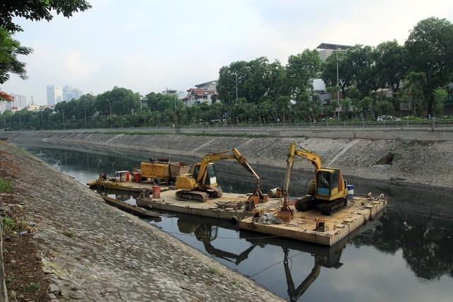 Công tác nạo vét lòng sông Tô Lịch vẫn diễn ra, cách đoạn thượng lưu đặt máy xử lý nước ô nhiễm không xa.