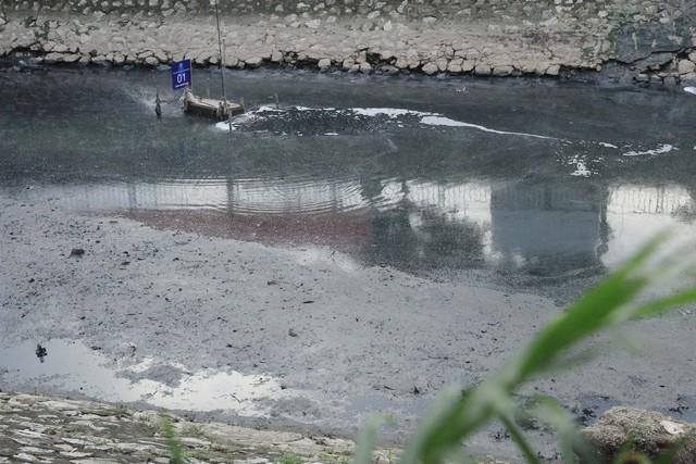Đoạn sông cạn đáy, mùi hôi tiếp tục phát tác, mặc dù máy xử lý thí điểm vẫn đang hoạt động ngày đêm.