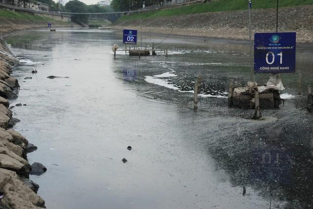 Tuy nhiên, ngày 3/6, ghi nhận của PV Báo Gia đình & Xã hội, sau khoảng một tháng máy hoạt động, đoạn sông đang cạn đáy, nổi váng và bốc mùi hôi thối.
