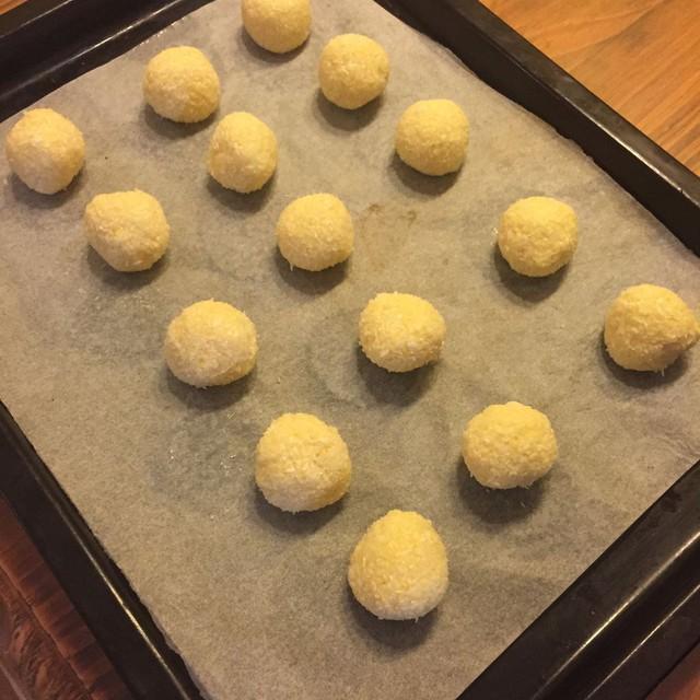 Làm nóng lò nướng ở nhiệt 160 độ C trong khoảng 10 phút. Sau đó cho bánh vào nướng đến khi thấy vỏ bánh có màu vàng đẹp mắt.