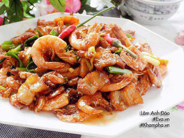 Thịt tôm rim mặn cho ra đĩa, rắc hành lá. Món này dùng với cơm nóng rất ngon.