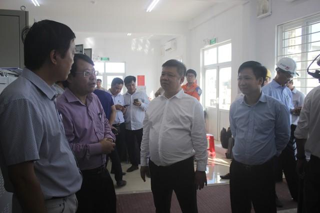 ' Ông Phạm Hoành Sơn (áo trắng) phấn khởi khi dự án chính thức đi vào hoạt động. '