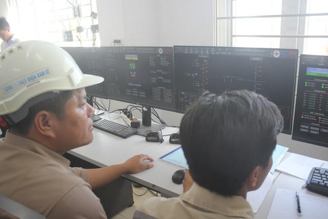 ' Đội ngũ kỹ thuật kiểm tra tình trạng điện. '