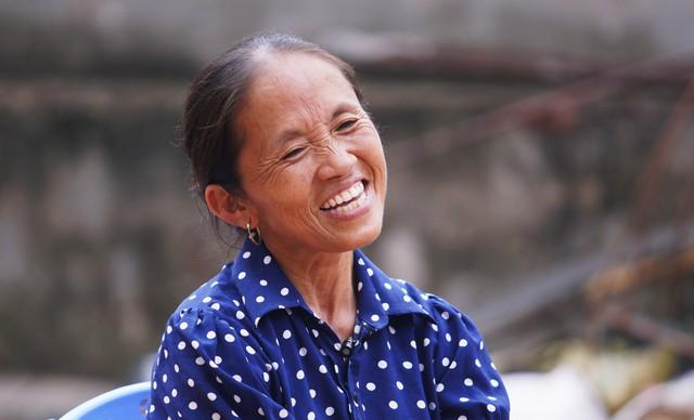 Bà Tân với nụ cười hồn hậu, gây thiện cảm với người xem qua các video nấu ăn