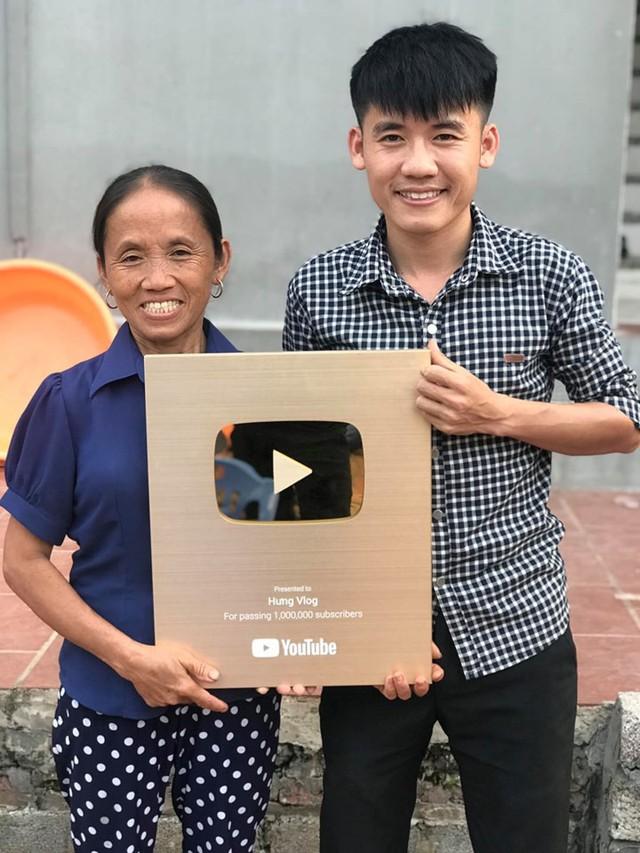 Nguyễn Văn Hưng chia sẻ niềm vui với mẹ trong ngày kênh Hưng Vlog nhận được nút vàng của YouTube