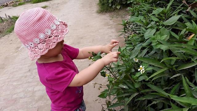 Trẻ được hòa mình vào thiên nhiên ở quê ngày hè rất bổ ích. Ảnh: PT