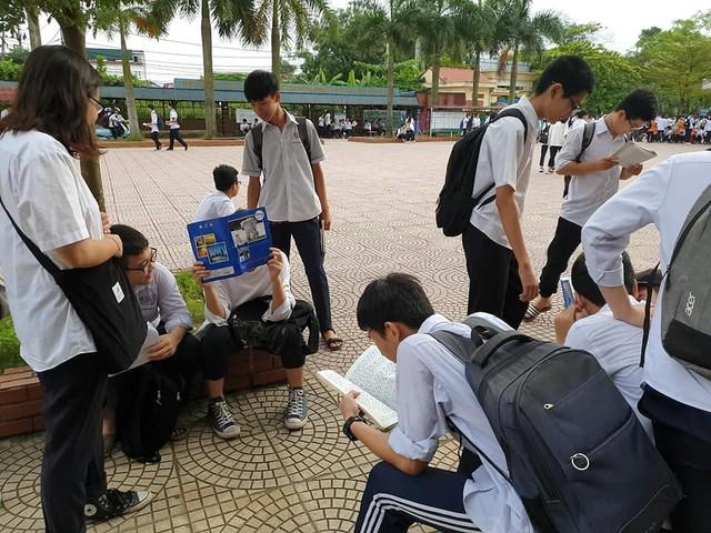 Cá nhóm tranh thủ ôn bài trước khi vào thi