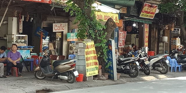 Nhiều chủ quán ăn bất chấp nguy hiểm đặt cả những tấm quảng cáo, biển hiệu lên trên bốt điện. Ảnh chụp trên đường Lê Duẩn.