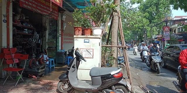 Thậm chí, một số hộ dân sinh sống trên đường Đê La Thành, Hà Nội còn lợi dụng những bốt điện này để đặt chậu hoa, cây cảnh.