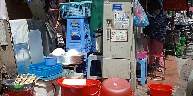 """Đi dọc theo con đường Thái Hà, không ít những quán ăn vỉa hè bày bán la liệt gần các bốt điện dù chiếc bốt nào cũng có dòng cảnh báo """"Cấm lại gần! Có điện nguy hiểm chết người""""."""