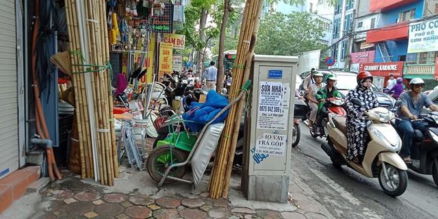 Nhiều hộ kinh doanh biến trạm biến áp trở thành chỗ để cây, xe rùa, bao tải phục vụ cho việc kinh doanh.