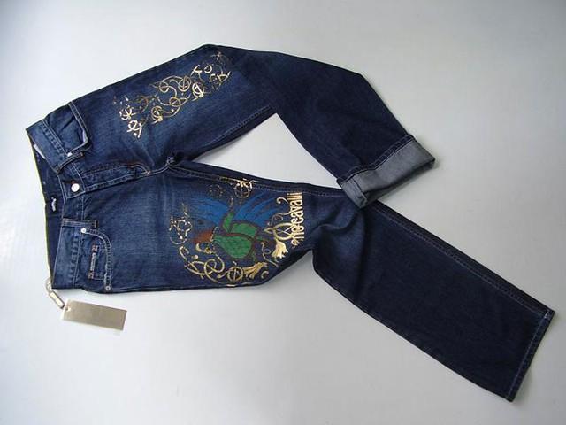 Chiếc quần jean Secret Circus - giá 1,3 triệu USD (tương đương 29,484 tỷ đồng). Chiếc quần này có kiểu dáng cổ điển và điều tạo nên mức giá khủng khiếp của chiếc quần là những viên kim cương lớn được đính sau quần. Đây cũng là chiếc quần jeans đầu tiên trên thế giới có giá triệu usd.