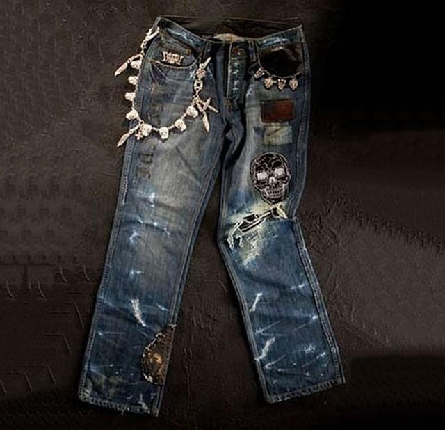 Chiếc quần jean Dussault Apparel Thrashed Denim - giá 250.000 USD (tương đương 5,670 tỷ đồng). Theo như nhà sản xuất thì chiếc quần này đã được wash tới 13 lần, ngoài ra người ta còn sơn giữa các lớp để khiến chiếc quần trông như đã trải qua nhiều năm sử dụng. Tuy nhiên, mức giá 250.000 usd của chiếc quần này chủ yếu đến từ lượng trang sức khổng lồ được gắn thêm lên quần bao gồm 16 viên ruby 1 cara, 26 viên ruby nửa cara, 8 viên kim cương nửa cara và hơn 1kg vàng trắng và vàng hồng lên chiếc quần.