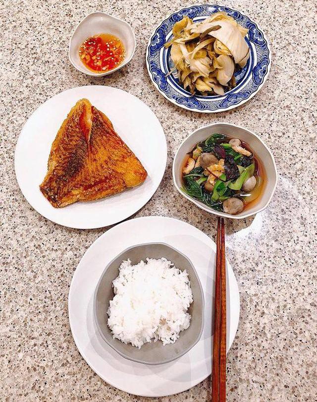 Một bữa cơm hàng ngày đơn giản của nhà Hà Tăng gồm các món cá rán, canh nấm thập cẩm và dưa muối