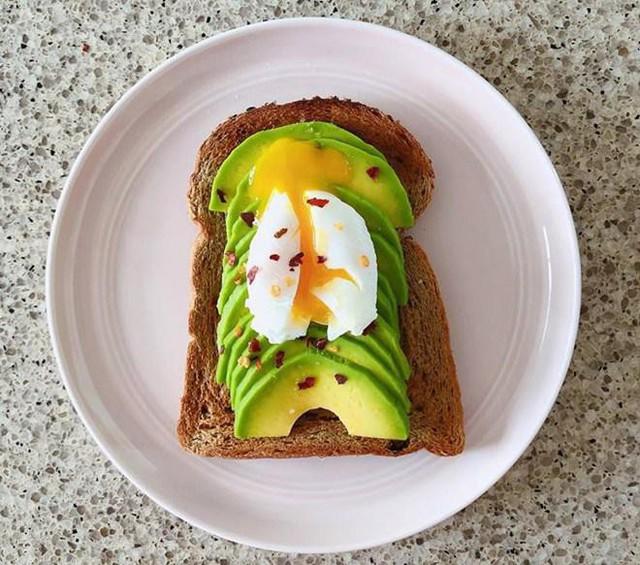 Món ăn sáng nhẹ nhàng với bánh mì sandwhich, bơ và trứng lòng đào