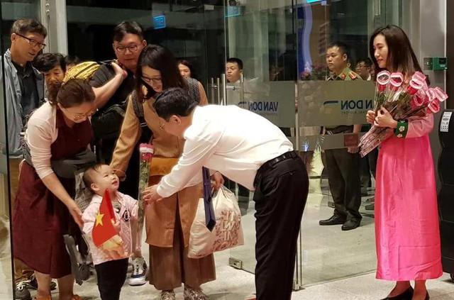 Lãnh đạo tỉnh Quảng Ninh tặng hoa cho những vị khách đến từ Hàn Quốc trong chuyến bay đầu tiên. Ảnh: V.Lê