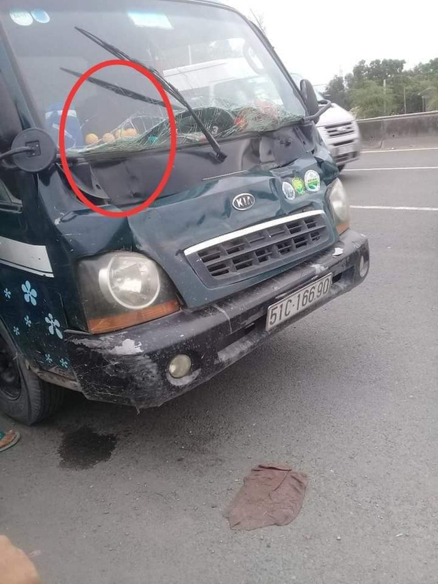 Một chiếc xe tải bị hư hỏng sau khi va chạm giao thông có thú nhún trong khoang lái.