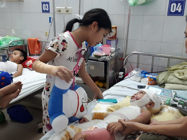 Đã được chuyển khoa sau khi điều trị ổn định Trang vẫn muốn ở cùng để chăm em. (Ảnh: PT)