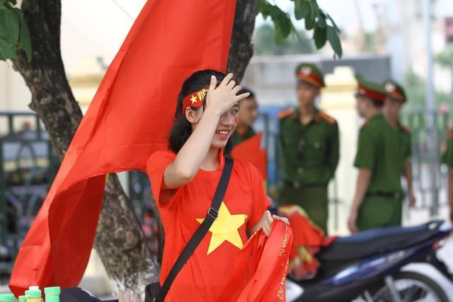 Nụ cười của những người con Đất Tổ khi lần đầu đón chào đội bóng mang tầm cỡ quốc gia.Lê Bảo