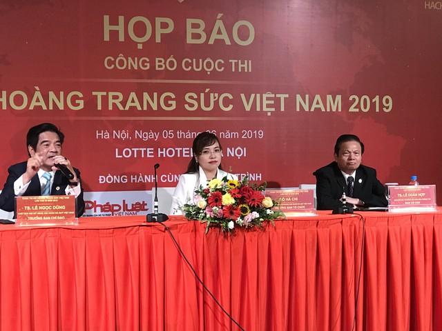 Bà Đỗ Hà Chi- Trưởng BTC cuộc thi (giữa)
