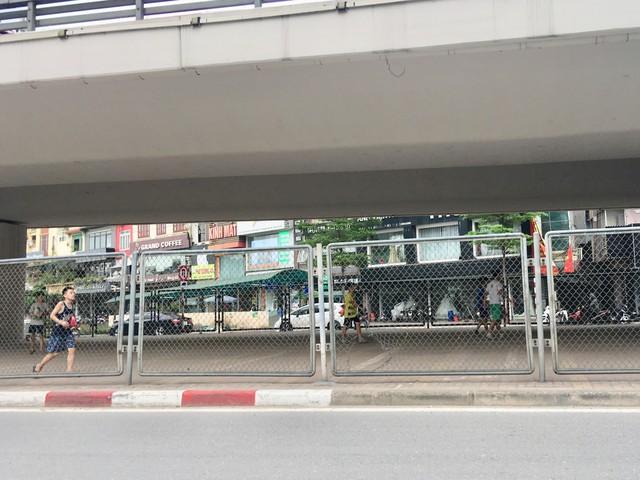 Nhóm học sinh đá bóng dưới chân cầu vượt Ngã Tư Sở (hướng Tây Sơn – Nguyễn Trãi).