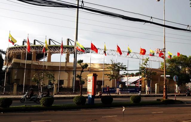 Ngày 7/6, quanh SVĐ Việt Trì cũng như TP Việt Trì người dân dễ dàng nhận thấy không khí sôi sục trước trận đấu giao hữu. Các cơ quan chức năng, ban, ngành địa phương xác định đây là trận đấu lịch sử có ý nghĩa to lớn đối với tỉnh Phú Thọ nên đã lên kế hoạch phục vụ từ nhiều tháng trước.