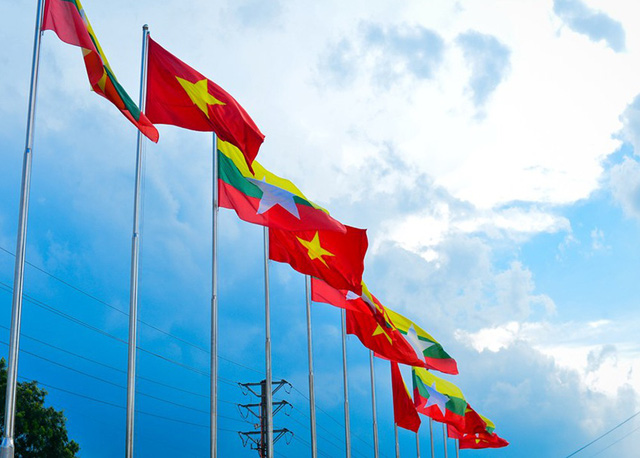 Cờ đỏ sao vàng của Việt Nam và Quốc kỳ của Myanmar tung bay tại SVĐ trước giờ bóng lăn.