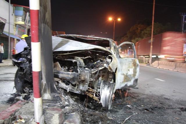 Chiếc xe ô tô bị ngọn lửa thiêu rụi. Ảnh: Bạn đọc cung cấp