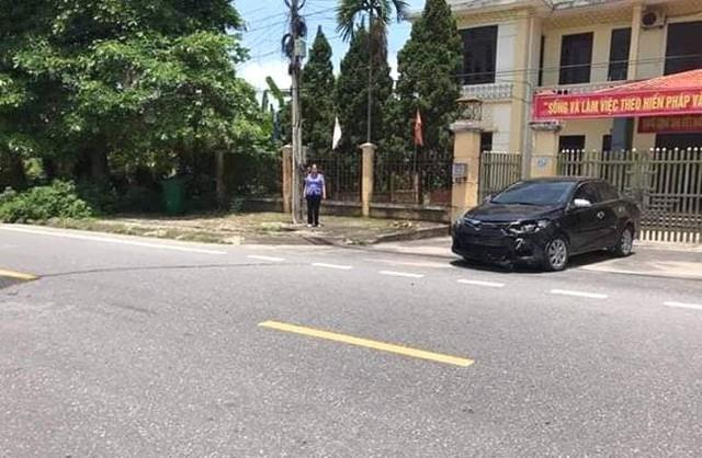 Chiếc xe ô tô chở Viện trưởng Viện KSND huyện Quỳnh Phụ gây tai nạn và bị mất BKS phía trước. Ảnh: Bạn đọc cung cấp