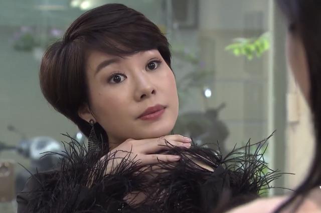 Sau khi diễn biến tập 38 phim Về Nhà Đi Con lên sóng, Uyên (Hoàng Kim Ngọc) đã trở thành nhân vật hot nhất cộng đồng fan của phim. Lý do rất đơn giản, đó là cô nàng này đã có màn đánh ghen vô cùng văn minh.