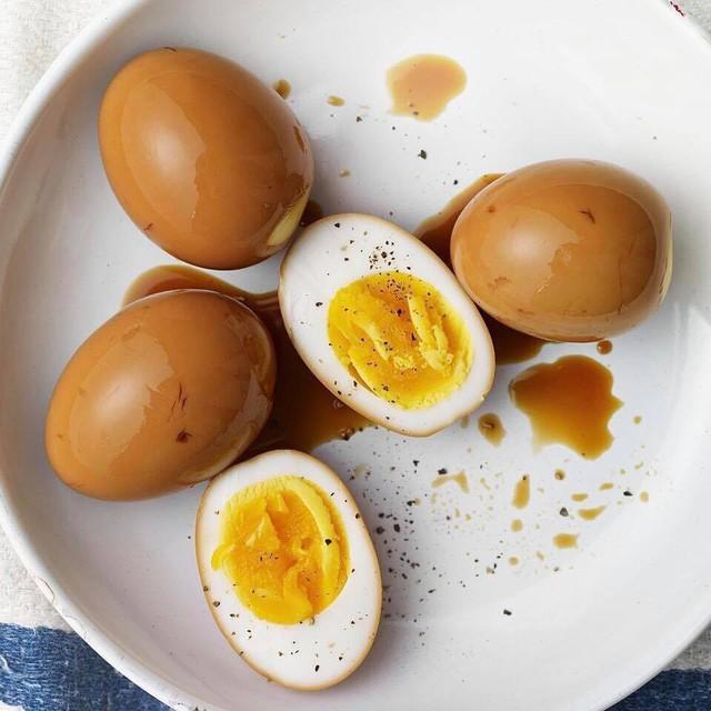 Trứng có màu nâu sậm, thơm ngọt vị tương, lòng đào béo ngậy, vị lạ miệng được nhiều người ưa thích