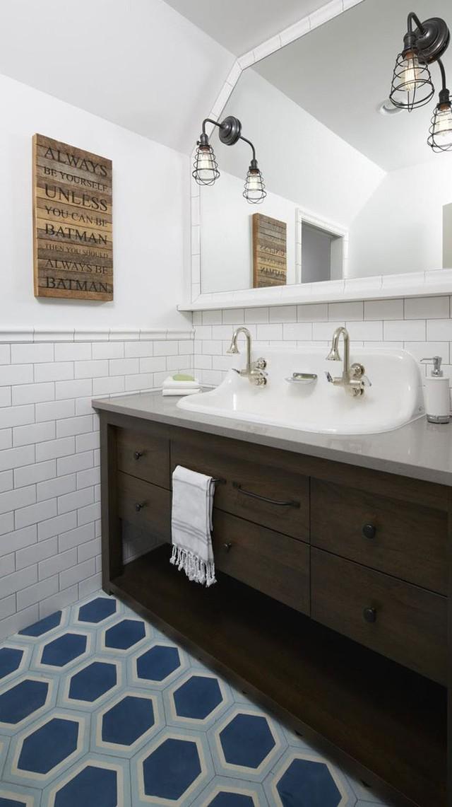 Kiểu gạch lát sàn họa tiết màu sắc có tác dụng tức thì trong việc mang lại vẻ đẹp sinh động, đầy sức sống cho căn phòng tắm.