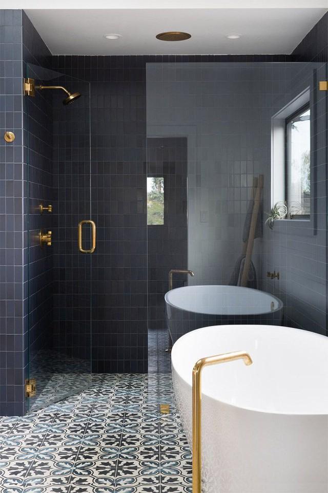 Bạn có thể dễ dàng nhận thấy căn phòng tắm sẽ bớt đi sức hút thế nào nếu thiếu đi những họa tiết trên sàn nhà.