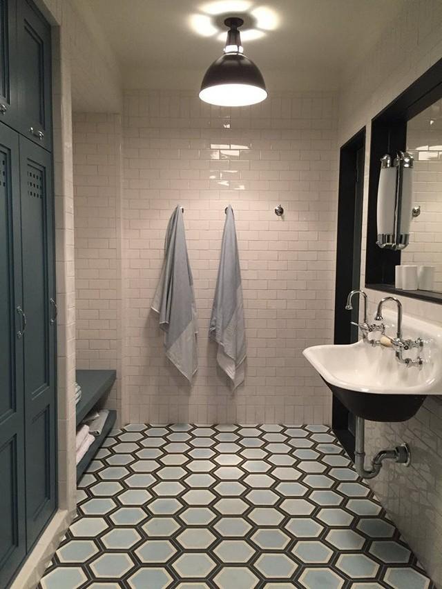 Không có gì hiệu quả hơn trong việc mang lại điểm nhấn ấn tượng bên trong căn phòng tắm của gia đình bằng gạch lát sàn họa tiết như thế này.