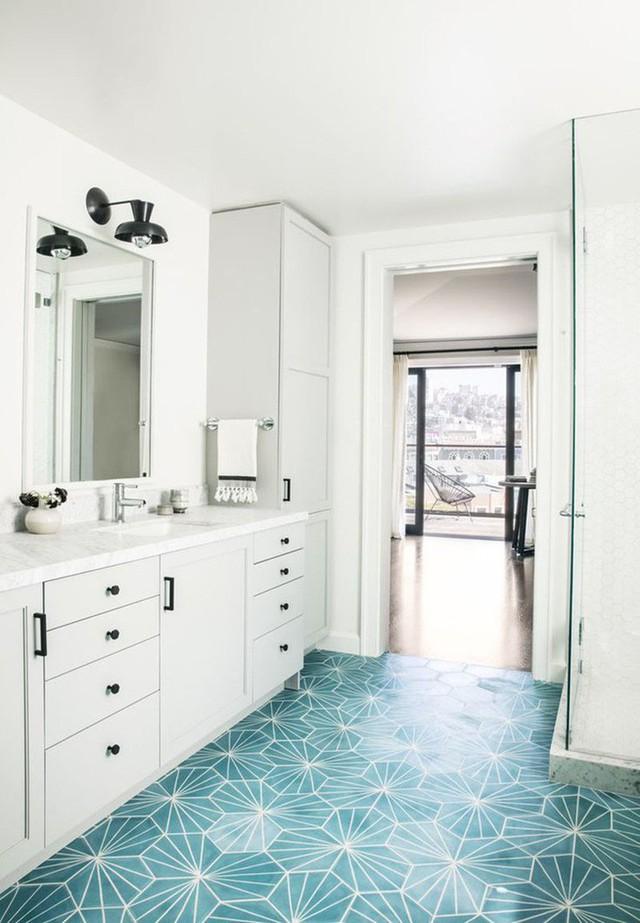 Có lẽ lúc này những mẫu gạch ốp sàn họa tiết chính là lựa chọn thích hợp nhất dành cho căn phòng tắm của gia đình bạn.
