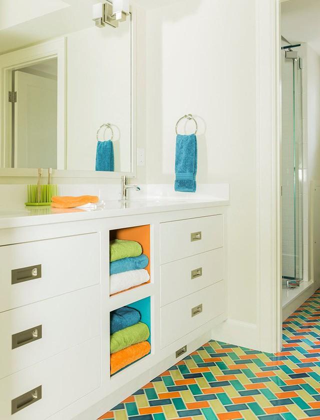 Họa tiết màu sắc khiến cho căn phòng tắm đơn sắc trắng bỗng chốc trở nên sinh động rực rỡ hơn hẳn.