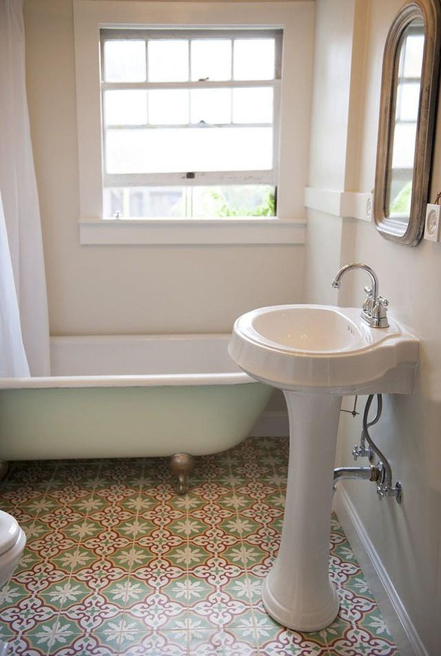 Có thể nói, sàn nhà họa tiết chính là điểm nhấn quan trọng nhất bên trong căn phòng tắm nhỏ bé này.
