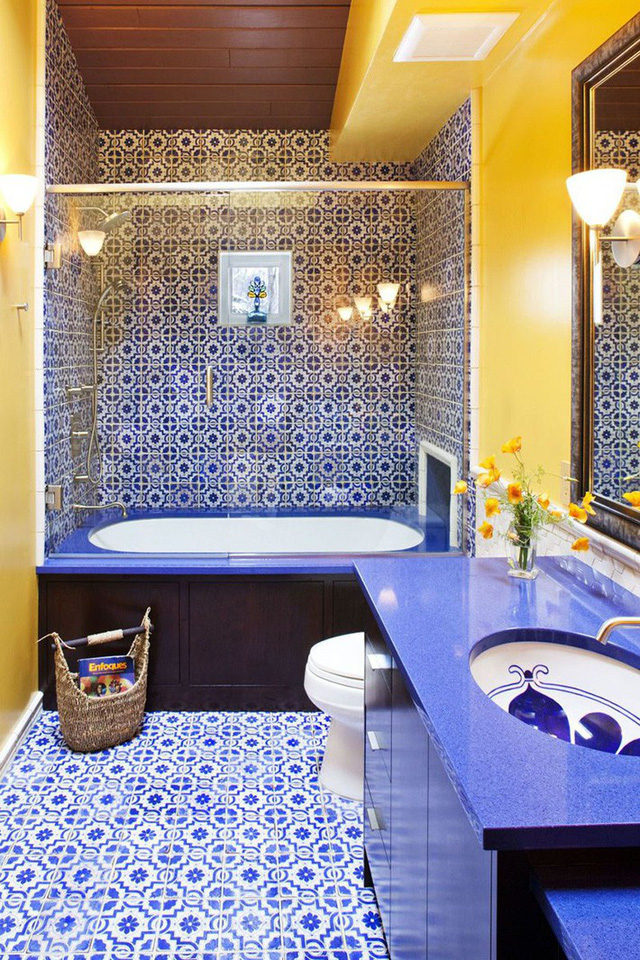 Nhờ sự góp mặt của gạch ốp tường và sàn nhà họa tiết mà trông căn phòng tắm vừa độc đáo vừa cá tính thế này.