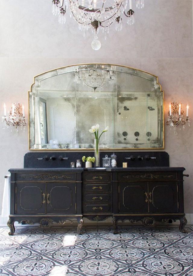 Gạch lát sàn họa tiết được lựa chọn ăn ý với phong cách cổ điển bên trong căn phòng.
