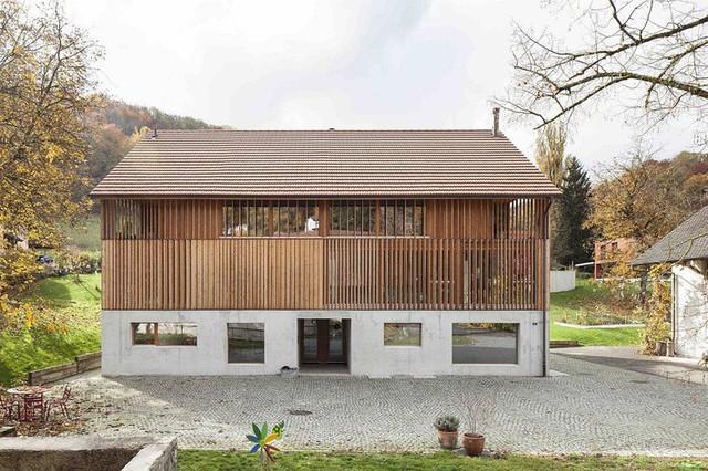 Nhìn từ bên ngoài, ngôi nhà có kiến trúc đơn giản, gọn nhẹ.