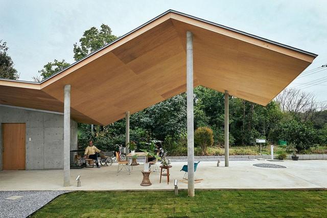 Sân thượng ngoài trời có mái che cho chúng ta cảm giác như một phần mở rộng của ngôi nhà.
