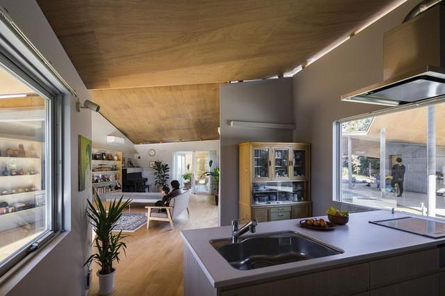 Khu vực sinh hoạt chung và phòng bếp của ngôi nhà Higashimatsuyama tại Nhật Bản.