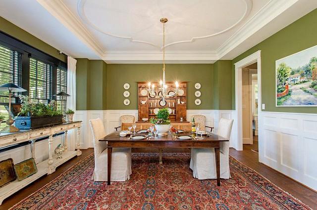 Không gian ăn uống sang trọng với điểm nhấn là bức tường màu xanh đậm chất nghệ thuật.