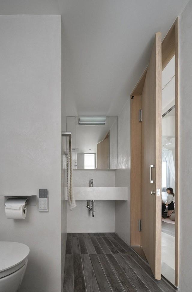 Phòng vệ sinh sang trọng với cách bố trí thiết bị khoa học.