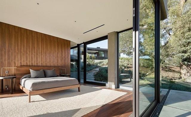 Phòng ngủ cũng là không gian mở với cửa kính bao quanh giúp đón ánh sáng tự nhiên rất lớn.