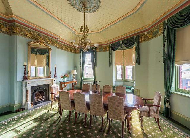 Phòng ăn theo phong cách sang trọng với trần nhà được trang trí công phu.